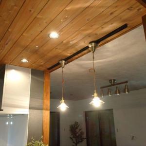 リビングダイニングキッチンは【天井おしゃれ】に拘る。木目の下がり天井×コンクリート