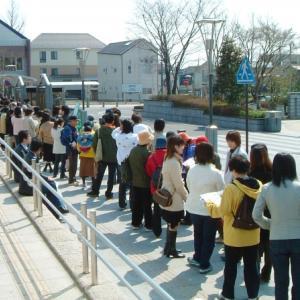東京のスーパーで買い出し行列ができている。