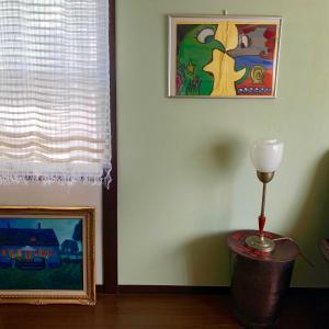 子供の絵を飾り、部屋をギャラリーにして楽しむ