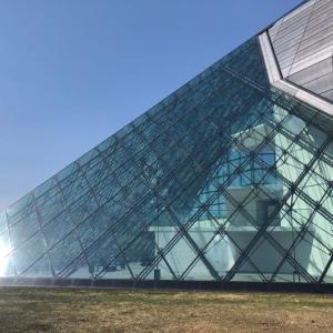 札幌東区「モエレ沼公園」|イサムノグチ設計『ガラスのピラミッド』を体感!