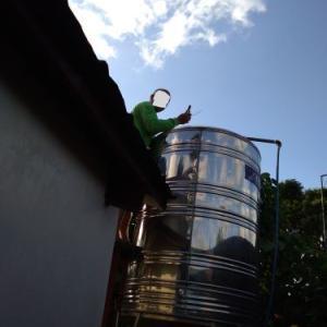 強風で貯水タンクの蓋が吹き飛ばされた