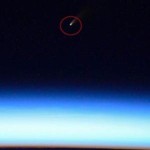 韓国・反応 夜空を彩る...宇宙ステーションで捉えられた彗星の飛行