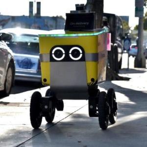 ロサンゼルスの歩道でデリバリーロボットServeに遭遇