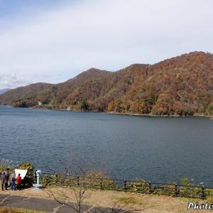 日本 紅葉の徳山ダム