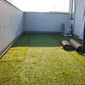 ベランダに人工芝敷きました