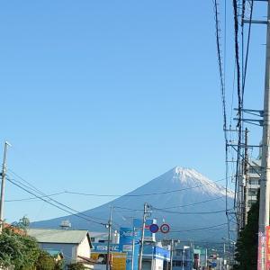 富士山初冠雪と赤いりぼん