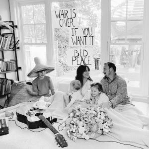 Alanis morissette(アラニス・モリセット)、ジョン・レノン&オノ・ヨーコの「Happy Xmas (War is over)」をカヴァー!!