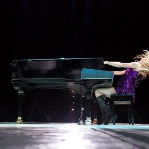 Taylor Swift(テイラー・スウィフト)が『Fearless』再録音版アルバムのリリース発表&「Love Story(Taylor's Version)」を公開!!