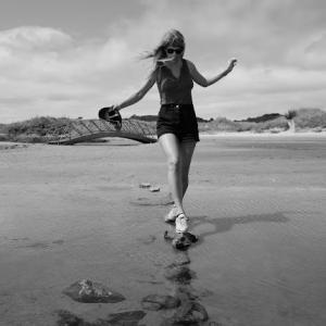 Taylor Swift(テイラー・スウィフト)、『folklore』のサプライズ・リリースから1周年を記念して、「the lakes」のオリジナル・ヴァージョンを公開!!