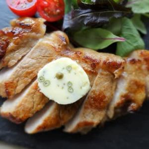 豚肉に実山椒バターをのせて