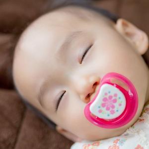 【我が家のおしゃぶり活用方法】寝かしつけ方法は?取るタイミングは?