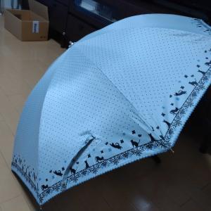 日傘を使うロロ