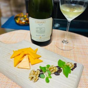 レッドチェダーチーズとコクありの白ワイン