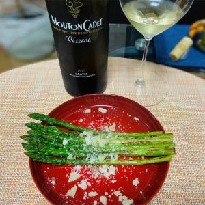 ボルドー・グラーヴ地区の白ワインとアスパラガス