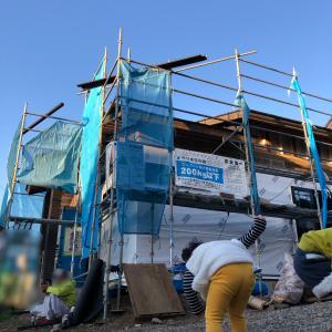 上棟建て方しました。工事、順調です。(垂れ幕、太陽光パネル、気密測定)