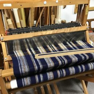 手紡ぎ糸を織るお手伝い