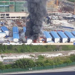アパートの目の前で、建築現場の飯場が火事に‼