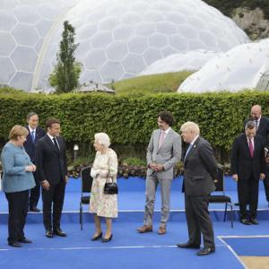 G7首脳の中でぽつん、菅首相の「ディスタンス」に批判と同情