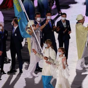 オリンピック開会式、カザフスタンの女性旗手美しすぎる