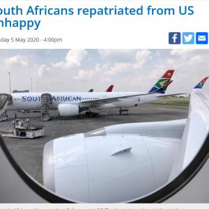 チャーター機で南アフリカへ帰国する人たち