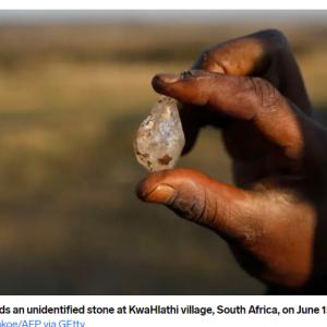 「ダイヤモンドの原石⁈」発見と思いきや、単なる「クオーツ(水晶)」でした