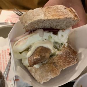 魚のサンドイッチは抜群に旨いむしろ肉を超越しているとすら言える