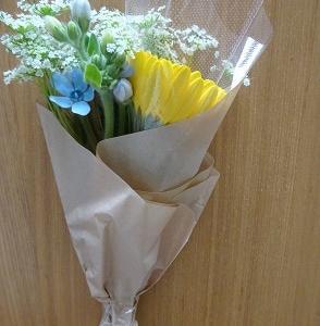 自宅のポストに花が届く~3月は黄色い花を飾るのがおすすめ!
