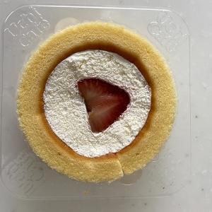 コンビニスイーツ ウチカフェ・ローソンのプレミアムロールケーキ(いちごのせ)
