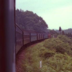 DD51ディーゼル機関車が牽いた客車列車