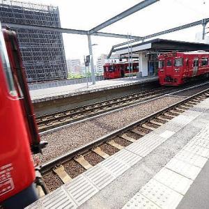 4月8日 水曜日 大分駅から出発する列車は赤色の車両です。