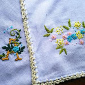 レース糸でエジングのハンカチ リネンにハーブの刺繍巾着