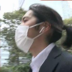 """小室圭さん、ロン毛姿に激変。長髪を後ろに結ぶ""""侍スタイル"""" 記者ガン無視でポケットに手→ネットの反応とは?"""