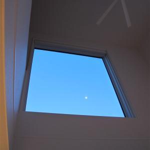 吹き抜けから月を鑑賞