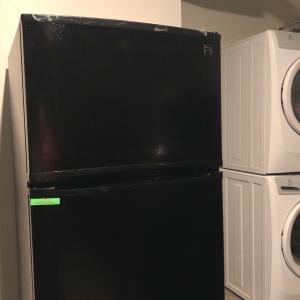 ガレージに放置された新品の冷蔵庫