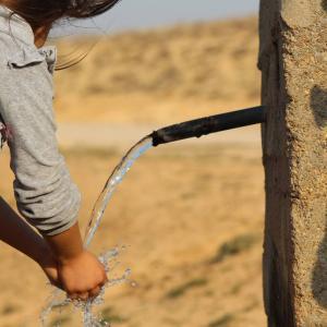 水に関する英語表現一覧-水分補給・入浴から川の流れ・水彩画まで!