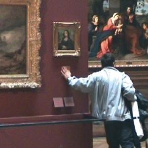 【バンクシーがルーブル美術館に侵入】バンクシーのモナリザとは【2004年パリ】
