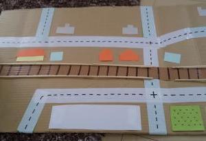 【おうちで子どもと遊ぶ】おもちゃを段ボールで簡単に手作りしてみた ☆ 車を走らせられる地図