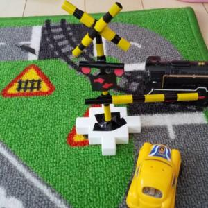 子どもがおうちで遊べるおもちゃを手作り ☆ 電車好きの男の子が喜ぶ「ミニチュアの踏切」