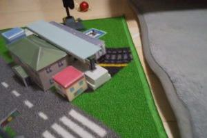 子どもと一緒に楽しく遊べるダイソーの電車のおもちゃシリーズ ☆ おすすめの踏切・信号機・駅
