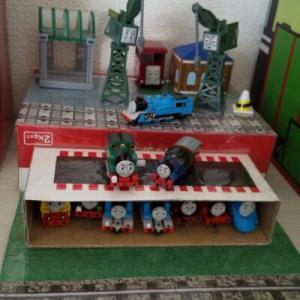 おもちゃを飾れる収納ケースを手作り【カプセルトーマスで遊べる立体マップ】材料や作り方は!?