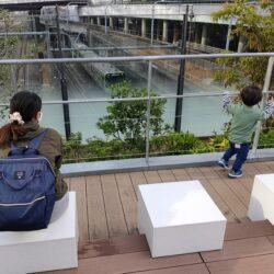 新宿駅の鉄道ビュースポット【ペンギン広場】ゆったりと休憩しながら見られるのでオススメ