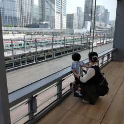 【高輪ゲートウェイ駅】テラスで子供とゆったりと様々な電車が見られるおすすめビュースポット