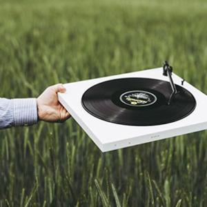 ウィーン発のBluetooth対応、クラファンで話題の激ミニマムデザインなレコードプレーヤー『TONE Factory』