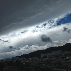 厚い雲から青空が、、。