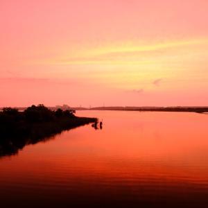 夕暮れ時の湖