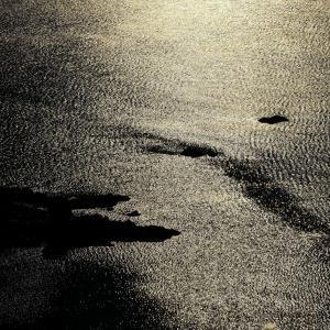 日が差す海