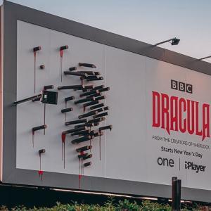 【BBC Dracula】闇夜にだけ現れるNetflixドラマ「ドラキュラ伯爵」の野外看板がクリエイティブ!