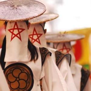 覆面和踊り集団「太宰府まほろば衆」の衣装や踊りの絵面の強さが半端ない