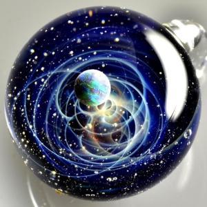 【プラスアルファの宇宙ガラス】無限に広がる宇宙をガラス玉に閉じ込め手のひらに