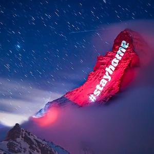 【新型コロナに負けるな】スイスのマッターホルンにプロジェクションマッピングで希望のメッセージをライトアップ